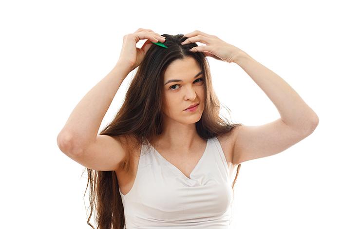 बालों-के-रूखेपन-को-दूर-करता-है